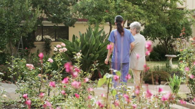 私は散歩を楽しむ - 老人ホーム点の映像素材/bロール