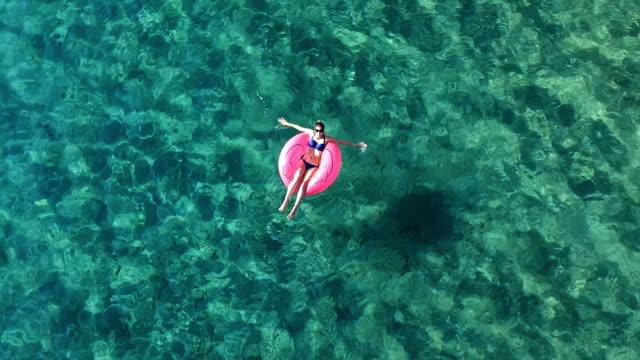 vídeos de stock, filmes e b-roll de desfrute de férias - flutuando na água