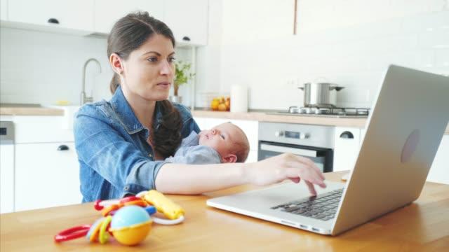 vídeos de stock, filmes e b-roll de eu gosto de trabalhar de casa. - blogar