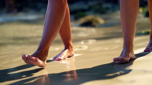 Genießen Sie einen Strandspaziergang – Video