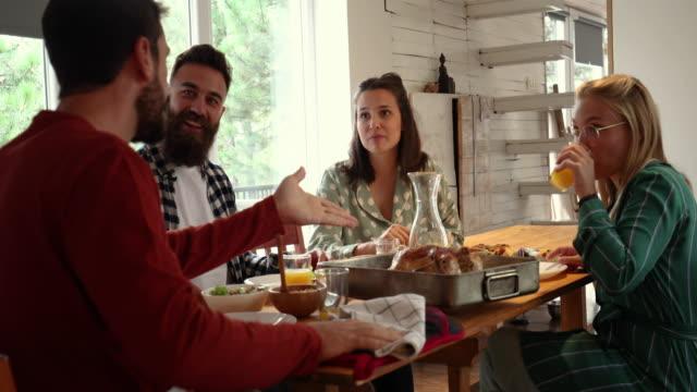 stockvideo's en b-roll-footage met genieten van een zelfgemaakte lunch met vrienden - vier personen