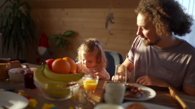 genießen sie ein gesundes frühstück mit papa - frühstück stock-videos und b-roll-filmmaterial