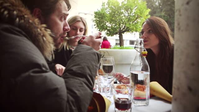 genießen sie einen italienischen brunch - brunch stock-videos und b-roll-filmmaterial