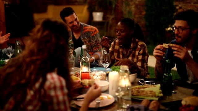 vídeos y material grabado en eventos de stock de disfrutando de una cena con velas con amigos - 20 a 29 años