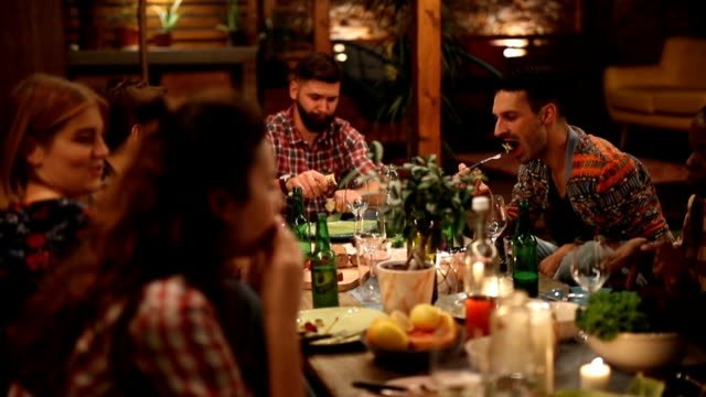 arkadaş grubu mum ışığında akşam yemeği keyfi - yalnızca yetişkinler stok videoları ve detay görüntü çekimi