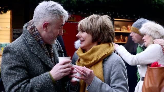 vídeos y material grabado en eventos de stock de disfrutar del café en el mercado de navidad - memorial day