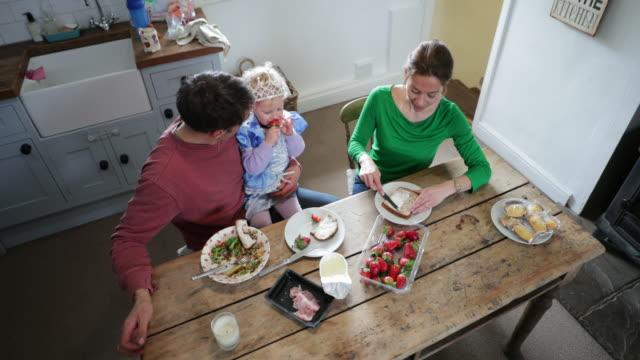 vídeos de stock, filmes e b-roll de apreciando o tempo da família - almoço