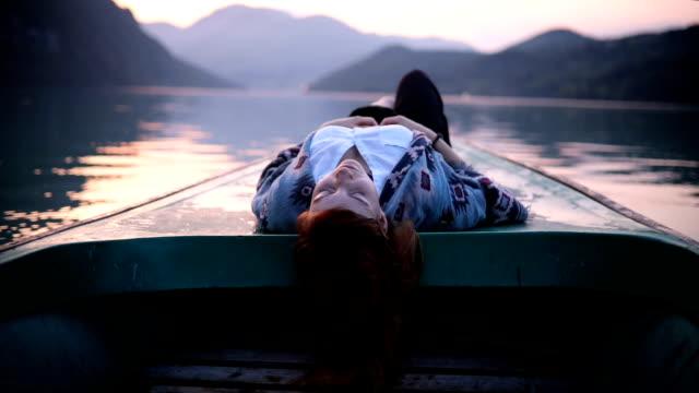 vídeos de stock, filmes e b-roll de apreciando a maioria de parte pacífica do dia no lago - remo esporte aquático