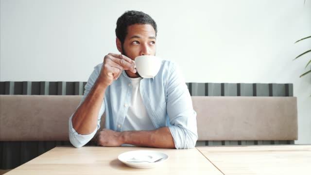 en sevdiğim kahvemi yudumlarım. - serinletici stok videoları ve detay görüntü çekimi