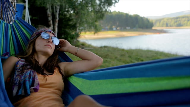 godendo la natura - sonnecchiare video stock e b–roll