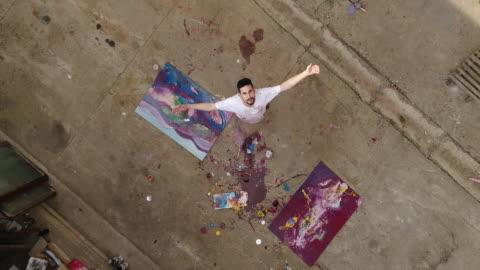 vídeos de stock e filmes b-roll de enjoying painting outdoors - arte