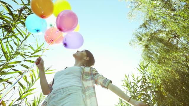 vídeos de stock e filmes b-roll de enjoying simple moments! - mulher balões