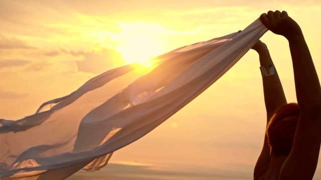 slo mo наслаждаясь свободы в теплый летний ветер - шарф стоковые видео и кадры b-roll