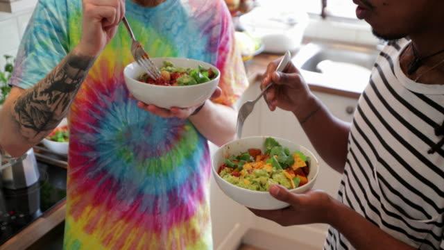 vídeos y material grabado en eventos de stock de disfrutar de su estilo de vida saludable - vegana