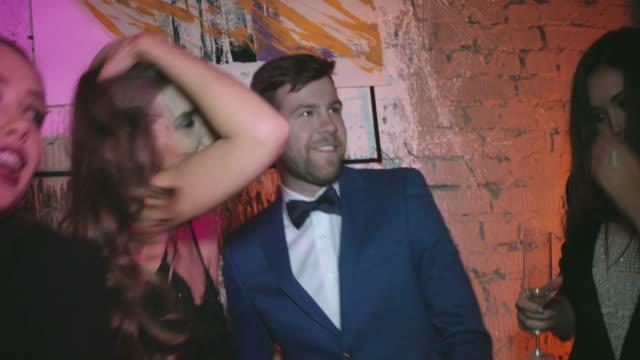 vidéos et rushes de profitez de la nuit - soirées habillées