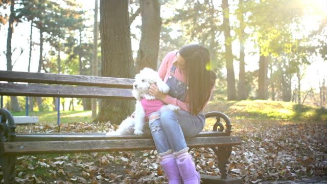 Disfrute en un banco en el Parque - vídeo