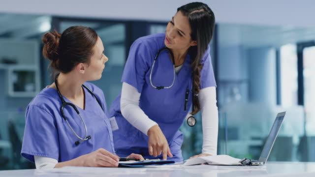 vídeos de stock e filmes b-roll de ensuring their patients receive the right treatment they need - enfermeira