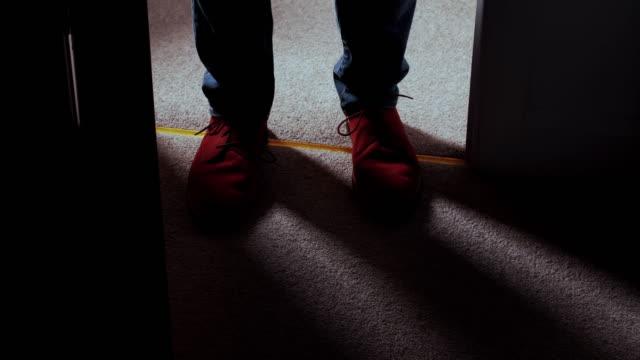 in i ett mörkt rum, mannens fötter hög vinkel visa. ds - illavarslande bildbanksvideor och videomaterial från bakom kulisserna