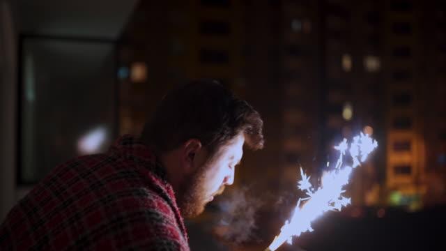 vidéos et rushes de entrer dans la nouvelle année en dansant - man drinking terrace