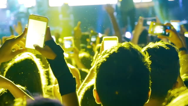 slow-mo: begeistertes publikum bei einem rockkonzert - live ereignis stock-videos und b-roll-filmmaterial
