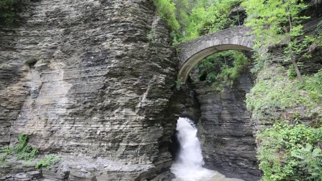 通往沃特金斯幽谷的入口橋 - 州立公園 個影片檔及 b 捲影像