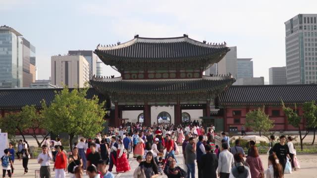 giriş gyeongbokgung sarayı seoul, güney kore - güney kore stok videoları ve detay görüntü çekimi