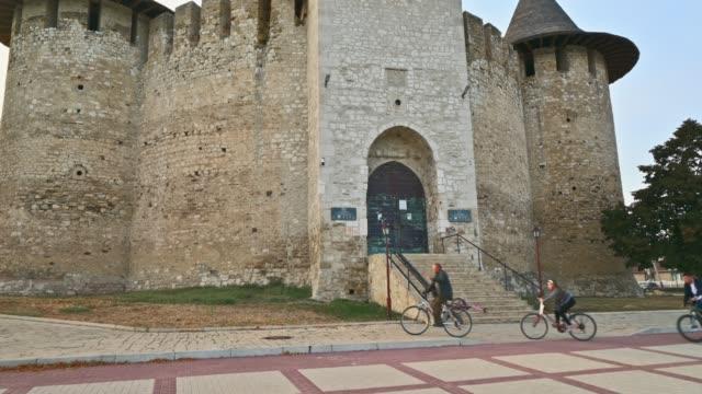 вход в легендарную средневековую крепость в сороке на севере молдовы - молдавия стоковые видео и кадры b-roll