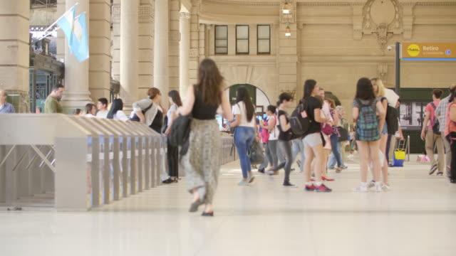 vidéos et rushes de entrée aux plates-formes avec tourniquets gare retiro - argentine