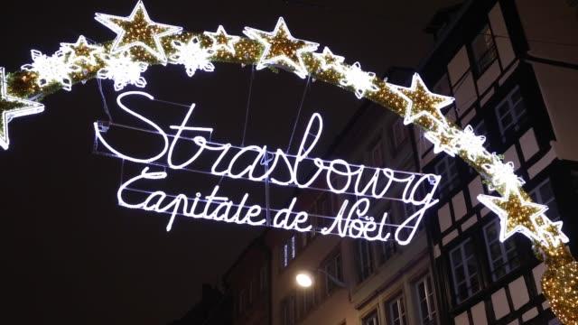 eingang zur capitale de noel zur weihnachtszeit in straßburg - weihnachtsmarkt stock-videos und b-roll-filmmaterial