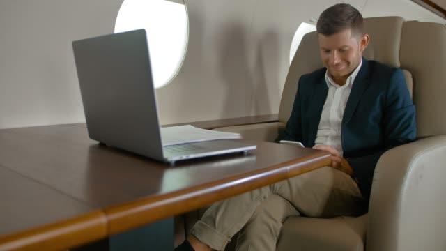 Sesión chat emprendedor en cómodo sillón en el avión - vídeo