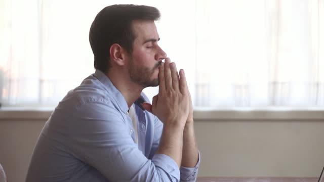 비즈니스 문제가 있는 랩톱 근처에 앉아 있는 기업가가 스트레스를 받는다고 느낍니다. - unemployment 스톡 비디오 및 b-롤 화면