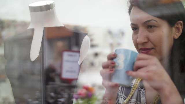 entrepreneur woman contemplating - cultura turca video stock e b–roll