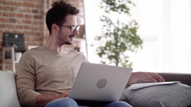 vídeos de stock e filmes b-roll de entrepreneur working with laptop at home office - dedicação