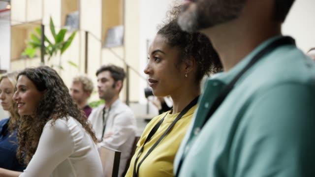 entreprenörer som lyssnar i utbildning klass - affärskonferens bildbanksvideor och videomaterial från bakom kulisserna
