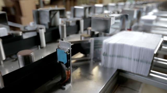 vídeos de stock e filmes b-roll de envelope máquina - correio
