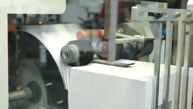 stockvideo's en b-roll-footage met enveloppen geproduceerd door een machine in een grote fabriek, assemblagelijn - netherlands map