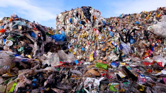 çevre kirliliği kavramı. çöplüğü. yakın çekim. dolly vurdu. - dumpster fire stok videoları ve detay görüntü çekimi