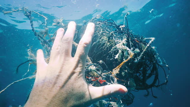 Nettoyage environnemental en enlevant la pollution de l'océan filets fantômes - Vidéo