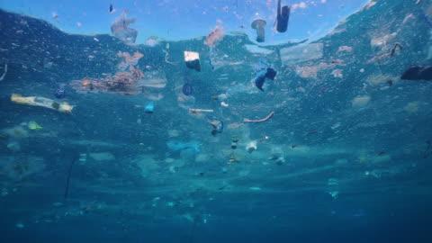 vídeos de stock e filmes b-roll de environmental issue plastic in the ocean - mar