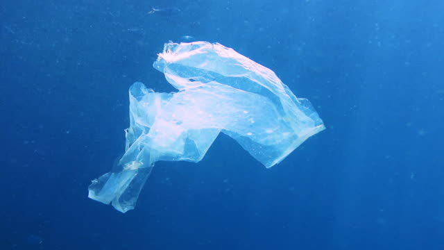 ökologische themen einzelnutzung plastikmüll in den ozeanen - plastikmaterial stock-videos und b-roll-filmmaterial