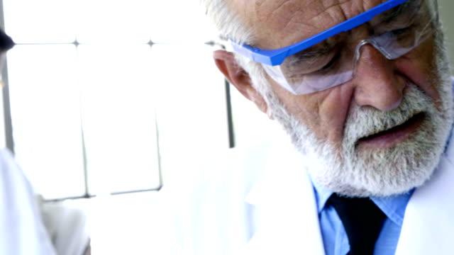 vídeos de stock, filmes e b-roll de laboratório ambiental - amostra científica