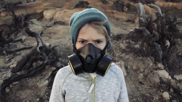 vídeos de stock e filmes b-roll de environmental pollution, disaster, nuclear war concept. child in protective mask - apocalipse