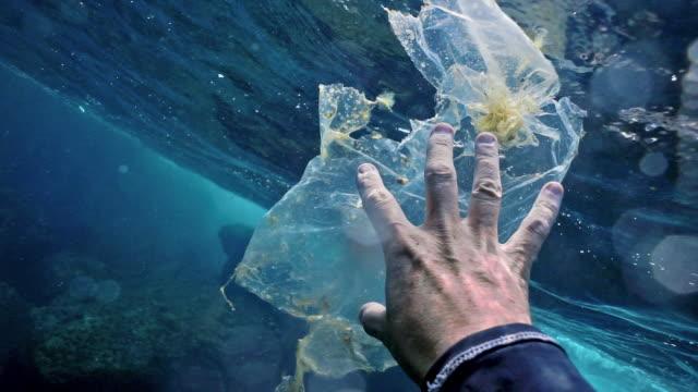 Umweltschützer ehrenamtlich auf Kunststoff im Ozean aufräumen – Video