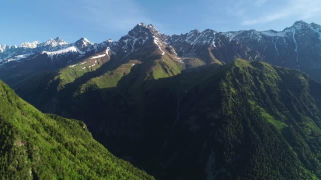 epische luftaufnahme von schönen bergen mit schneebedeckten gipfeln. - kaskaden gebirge stock-videos und b-roll-filmmaterial