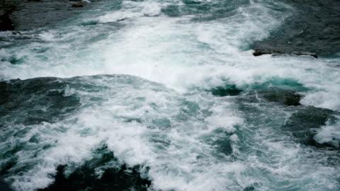 epische nahaufnahme der ersten ansicht von mächtigen natürlichen wasserströmen und schaumstoff, die am niagara-fluss langsam abstürzen. - fluss stock-videos und b-roll-filmmaterial