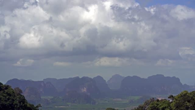 クラビの州の山々に浮かぶ雲の壮大な風景。タイの人気の観光地 - デッキ点の映像素材/bロール