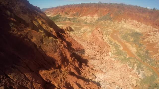 episka landskap av röda namoroka i madagaskar - morondava bildbanksvideor och videomaterial från bakom kulisserna