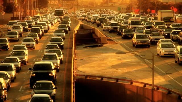 epic los angeles-autobahn traffic jam - umweltverschmutzung stock-videos und b-roll-filmmaterial