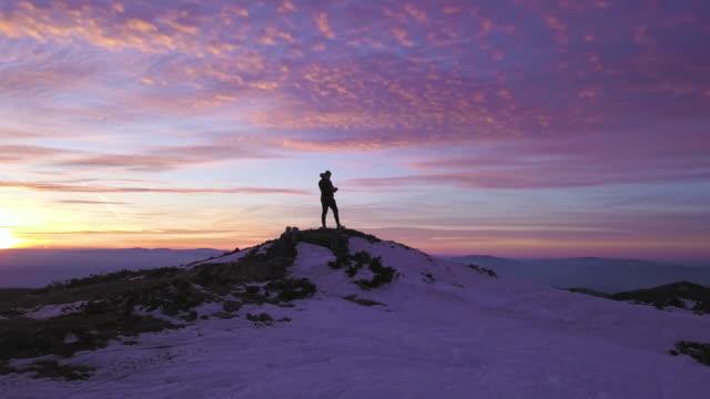 tramonto epico in montagna - in cima video stock e b–roll