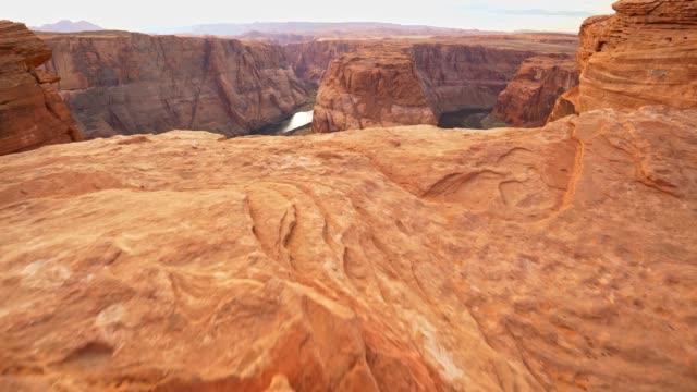 epic view of colorado river horseshoe bend, usa.  steadicam shot, uhd - horseshoe stock videos & royalty-free footage